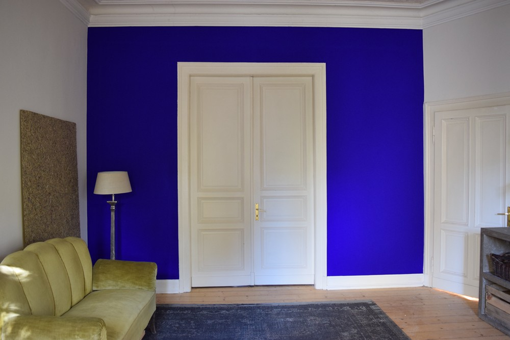 1 Wand in Ultramarinblau